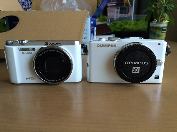 CASIO EXILIM ZR-1000(左)とOLYMPUS PEN Lite E-PL6(右)